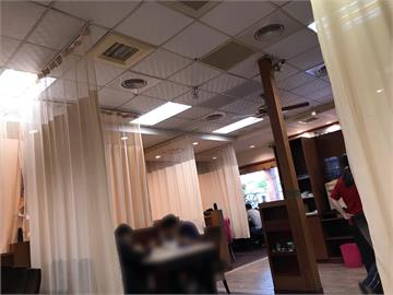 餐廳用「簾子」隔開餐桌!氣氛超微妙 網笑:吃完沒病痛了
