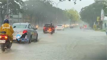 暴雨襲高雄積水深 騎車涉水如水上摩托車