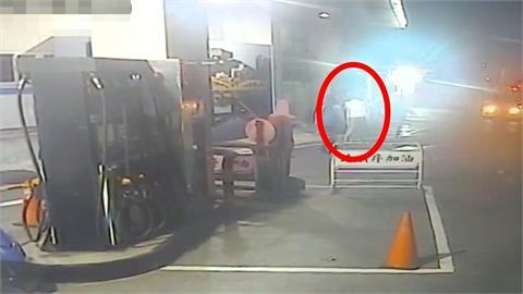 """調虎離山!""""我車壞了...""""男求救加油站員工 竟搜刮收銀機"""