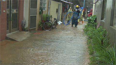 台中烏日三和里連夜大雨 居民準備沙包.抽水機備戰