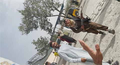 CNN記者喀布爾街頭冒險採訪 引發塔利班不滿舉槍威脅