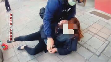 被勸「戴好口罩」女子1秒暴怒 鬧公車還咬警