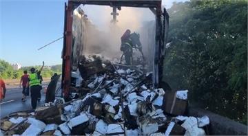 快新聞/國道一號北上貨車火燒車 竟燒掉兩萬多件隔離衣!