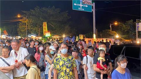 防疫鬆懈?墾丁大街連假直擊 3成遊客沒戴口罩、拉下口罩邊走邊吃