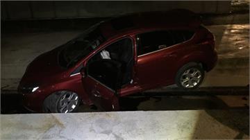 酒駕過彎失速 衝破施工圍籬卡鐵軌命大!爛醉程度還開車 幸毫髮無傷