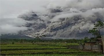印尼東部火山噴發 灰燼達5600公尺高