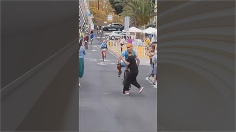 西班牙加那利群島自行車賽 衝線奪冠倒數...女觀眾亂入賽道猛撞