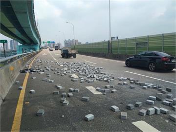 快新聞/危險!65快速道路上 曳引車疑綁帶鬆脫「磚塊散落一地」