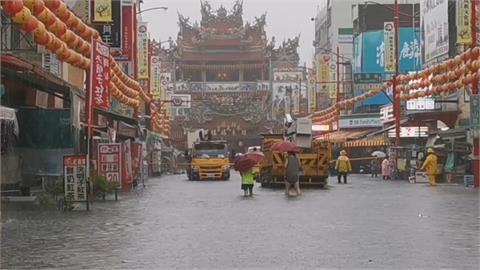 嘉義大豪雨下不停! 奉天宮商店街水淹及膝 物品泡水中