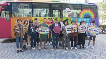 支持同志大遊行 隱眼品牌打造「彩虹巴士」