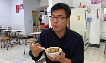 快新聞/「高雄肉燥飯最強!」陳其邁滿足捧碗 引戰黃偉哲:台南的還好