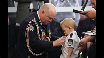 鼻酸!澳洲義消因野火殉職 1歲兒咬奶嘴代替爸爸受勳