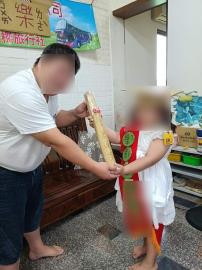 快新聞/最強爸爸手做畢業證書頒發給愛女 流蘇是平安符...網贊有神明保庇