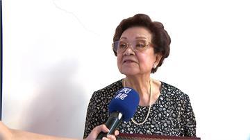 畢典遇空襲 75年後91歲奶奶圓夢領證書