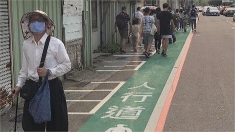 奇怪!機車格畫在人行道內 嘉市府:保障彼此安全最好方案