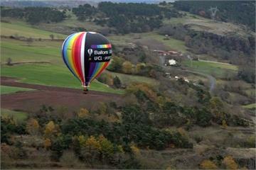 紀念熱氣球首度載人 愛好者齊聚法國