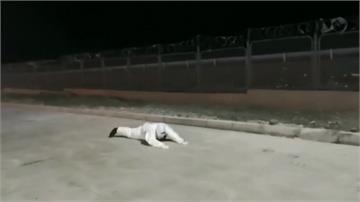 烏魯木齊「小草湖」颳強風寸步難行!2執勤警被吹倒「仆街」