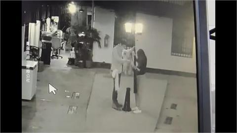 女爬警察宿舍路燈拍美照 燈桿斷兩截竟落跑