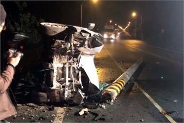 休旅車衝撞電線桿翻覆 警消救出受困駕駛