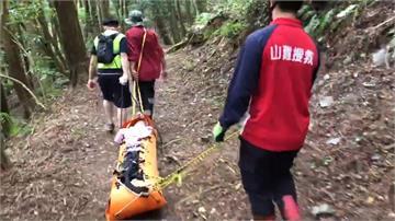 登五峰鄉古道摔倒 救難員救出骨折女登山客