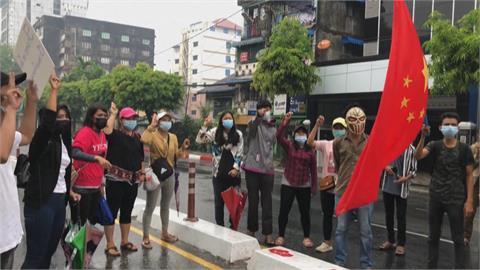 緬甸快閃示威 戴面具 火燒五星旗 批中國反對制裁緬軍