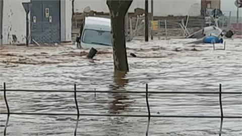 連車都被沖走! 超強洪水侵襲西班牙南部