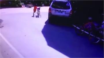 路口機車、腳踏車相撞!騎士多處傷 男童無礙牽車離開