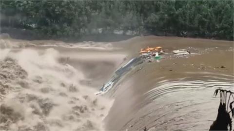 四川暴雨河水氾濫 遊艇被激流秒吞噬