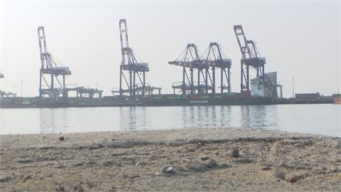 長榮「長雅輪」台北港煙囪被撞 卡車堵雙向公路