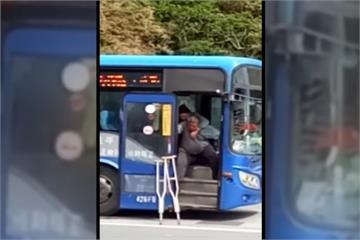 司機揹身障乘客如廁 網友動容:全台最暖