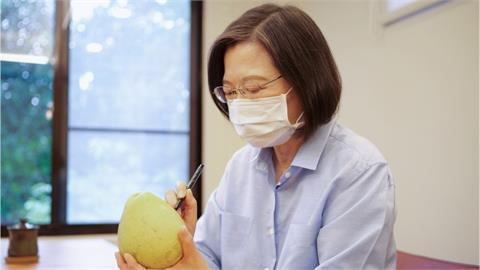 中秋連假怎麼過?蔡英文手繪「Q版柚子」、賴清德秀超狂刀工