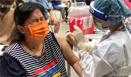 快新聞/屏東婦全程眼睛閉緊接種疫苗 潘孟安:謝謝你勇敢完成任務!