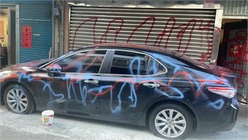 快新聞/疑遭報復? 桃園黑色轎車遭噴滿漆 車主初估須花30萬以上修復