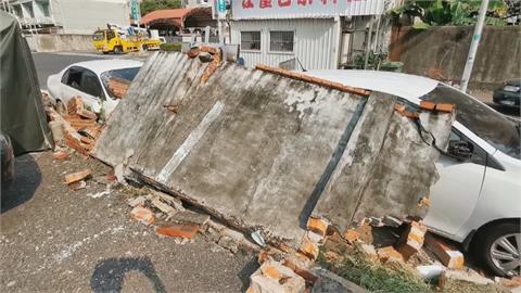 轟! 休旅車倒車撞倒整片圍牆 4車慘遭埋