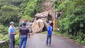 屏東山區大雨 泰武鄉巨石坍斷路
