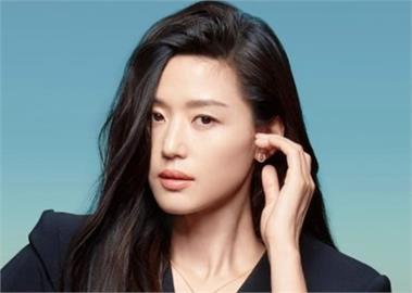 全智賢「華麗7造型」登時尚雜誌 重現《來自星星的你》女王風範!