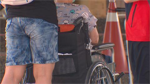 婦打疫苗血壓飆破兩百 推輪椅送醫被質疑