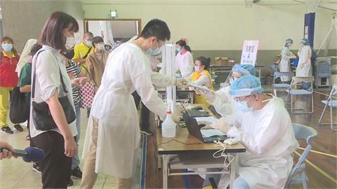 台中64處快打站開打!85歲以上長者優先接種 盧秀燕秀出保冷設備確保疫苗品質無虞