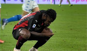 踢足球踢到被打斷牙 球員摀嘴痛苦找牙齒