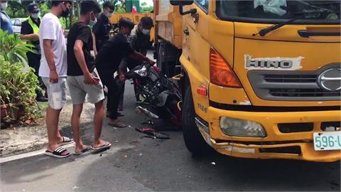 撞上右轉垃圾車 騎士摔車腳骨折 機車卡車底