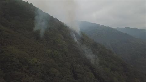 新竹尖石火燒山「兩處火點未滅」 空勤總隊派直升機助滅火