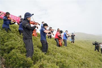 快新聞/灣聲樂團行腳第5季創古典樂團先例 登南華山頂義演琴聲悠揚傳百岳