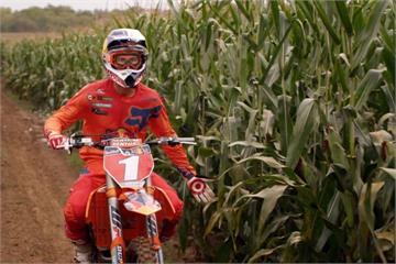冠軍車手回饋家鄉 玉米田建造越野摩托車賽道