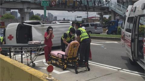 救人反被救! 救護車失控自撞翻覆4傷