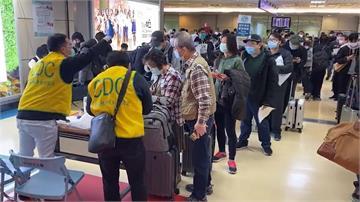 武漢肺炎/入境管制第二日 返台民眾擠爆桃園機場