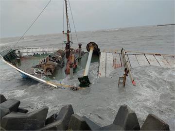 嘉義布袋商港掀巨浪!1416噸貨輪慘遭海水「吞沒」驚險畫面曝