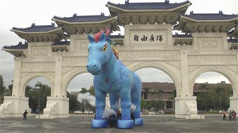 10米高「雨馬」自由廣場亮相 紙風車打造全新客家新童話劇