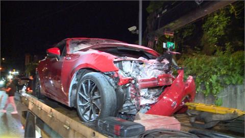 夜遊車禍 百萬轎車逆向超車對撞來車2傷