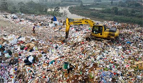 7萬私房錢亂丟 清潔隊員出動怪手「翻垃圾山」半小時奇蹟尋獲!