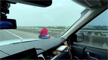 阿伯誤騎快速道 暖心大卡車尾隨保護